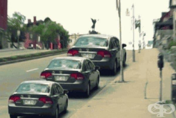 А тези автомобили са с еднакъв размер, просто наклонът създава погрешно впечатление.