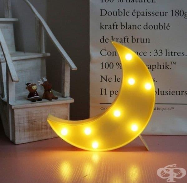 Нощна лампа във формата на луна.