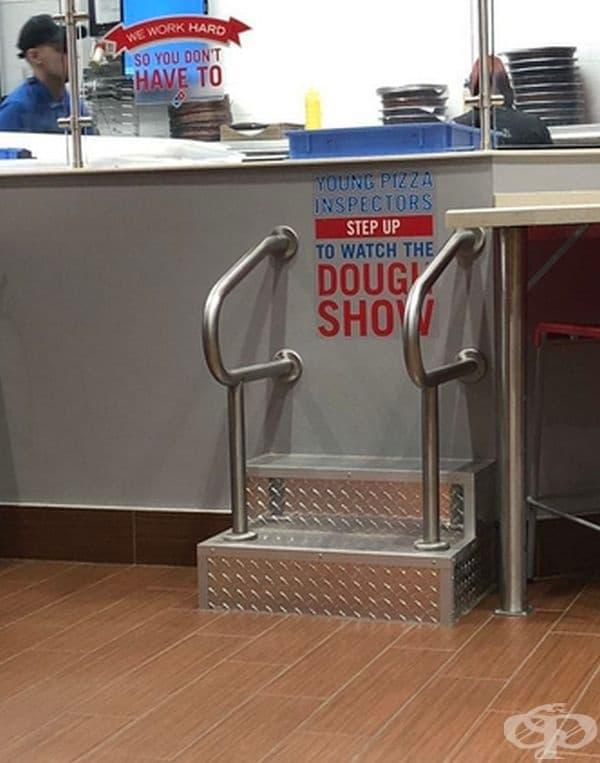 В тази пицария има стълбички за деца, за да може да наблюдават как се правят пици.