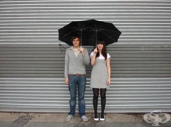 Двоен чадър с две дръжки. Интимно под дъжда.