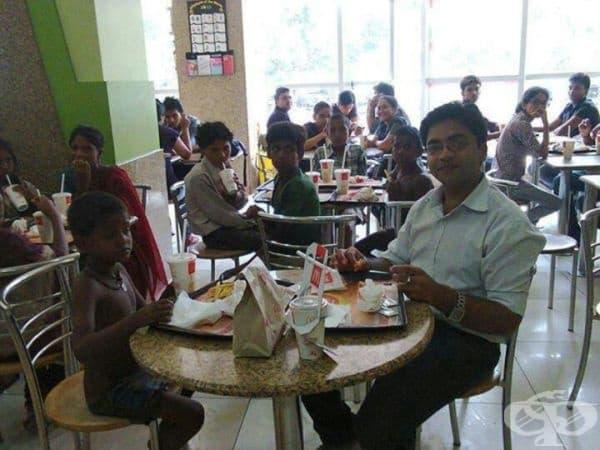 Този мъж води бездомни деца в Макдоналдс, за да ги почерпи за своята първа заплата.
