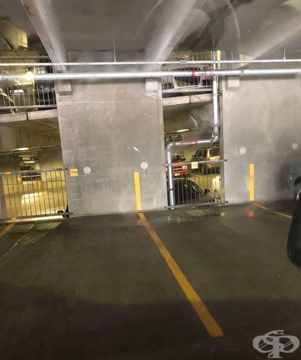 Маркировката на паркоместата продължава и на стената, за да се ориентират шофьорите по-добре при паркиране.
