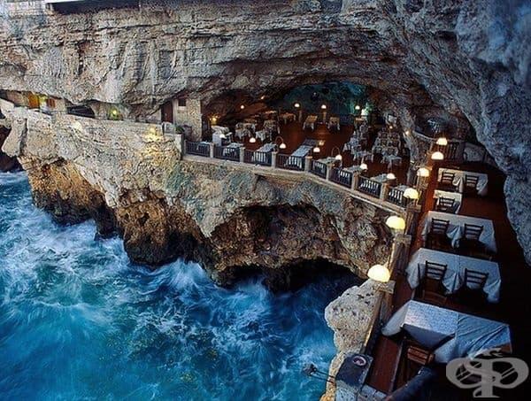 Ресторант Grotta Palazzese, Италия. Вграденият в канарата ресторант разкрива невероятна гледка към Адриатическо море.