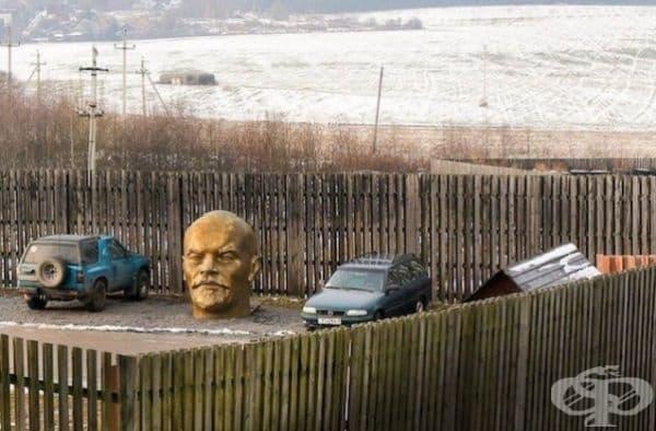 Интересно защо главата на Ленин е паркирана там.