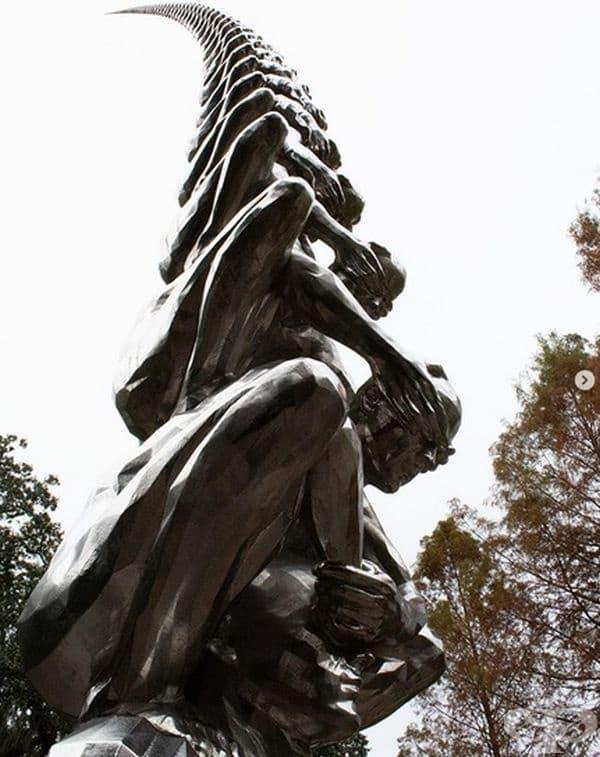 """""""Карма"""" от корейския художник До Хо Сух е драматична инсталация, състояща се от мъжки фигури, които се опират на раменете си и закриват очите си с ръце. Тази огромна човешка стълба се намира в Ню Орлиънс."""