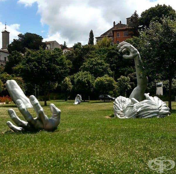 """""""Пробуждането"""" (Италия): """"Пробуждането"""" представлява статуя на 21-метров гигант, който се опитва да освободи земята. Тя е създадена от Джон Сюърт Джонсън II през 1980."""