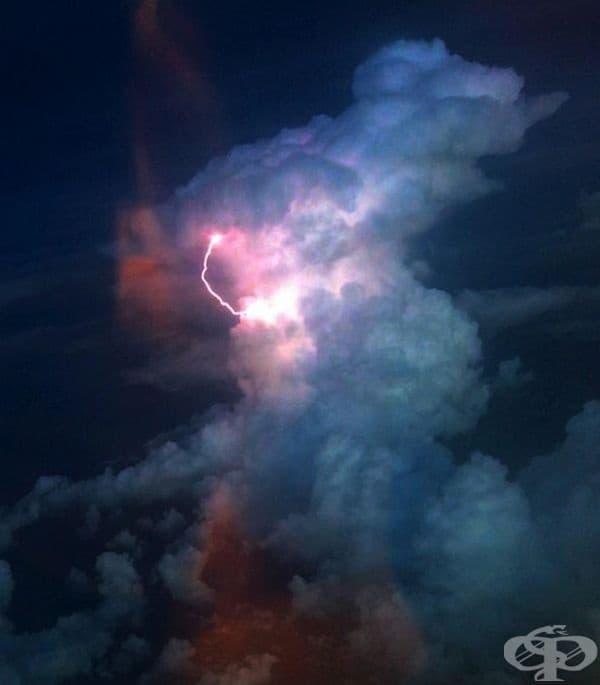 Снимка по време на полет през буря.