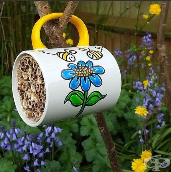 Чаша с бамбукови пръчици са добър интериор за градината и нов дом за малките пчелички.