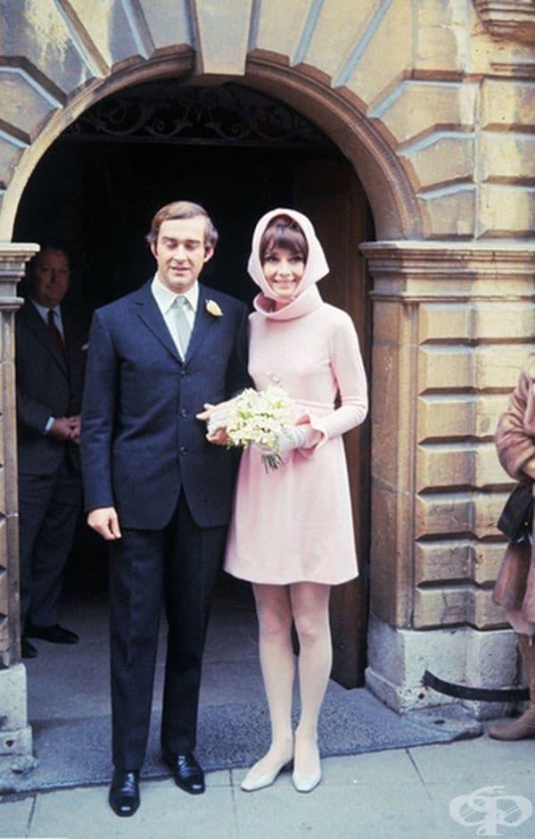 Одри Хепбърн, 1969г. мини рокля с дълги ръкави и забрадка в бледо розово бе изборът на Хепбърн за втората й сватба с италианския психиатър Андреа Доти.
