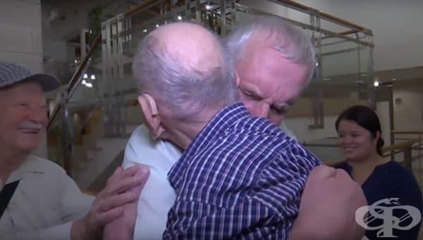 102-годишният оцелял мъж от Холокоста се среща с племенника си за пръв път. Щастливият момент е още по-силен, след като той си спомни, че цялото му семейство е загинало по време на Втората световна война.