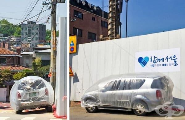 Автомобилите са покрити, за да бъдат предпазени от праха на строежа.