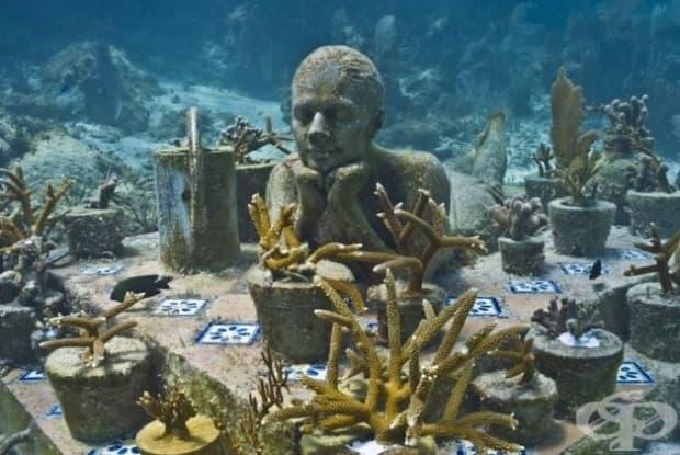 """""""Градинарят на надеждата"""". Джейсън Тейлър е създал 500 фигури за откриването на първия в света подводен парк на скулпторите – MUSA в Канкун. Тази скулптура символизира надеждата. (Местоположение: водите край Канкун, Мексико)"""