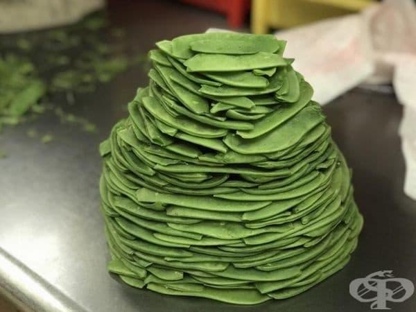 Нестандартна торта - не, това са шушулки от зелен грах, подредени в кула.