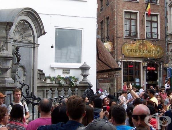 Манекен Пис в Брюксел е символът на белгийската столица. Всъщност не изглежда толкова вълнуващо, колкото на снимката.