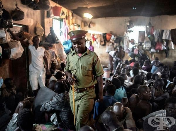 Затворът Маула в Лилонгве, Малави. Той е изключително претъпкан и през 2015 г. в килия за 60 души са поместени – 200. На 120 затворника се полага 1 тоалетна, един душ и храна един път на ден. Позволен е спортът: за мъжете – футбол, за  жените – баскетбол.