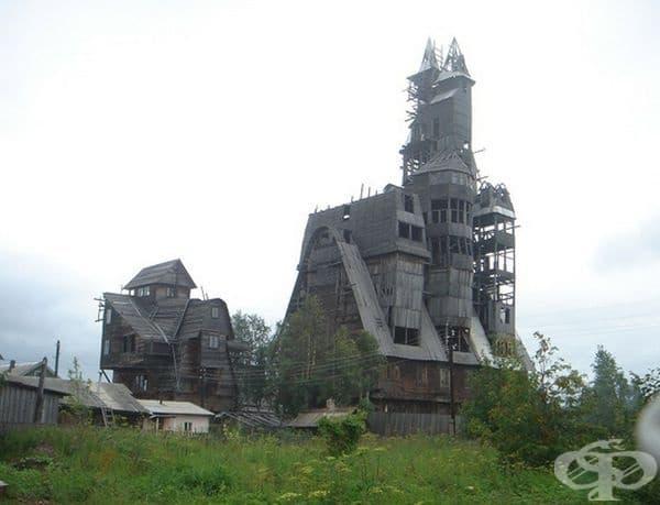 След години съседи подават сигнал за опасната постройка и през 2009 г. властите я разрушават.