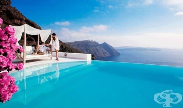 """Хотел """"Сан Антонио"""", Санторини. Този петзвезден хотел е разположен на склона на вулкан на най-популярния гръцки остров Тира, а също и на Санторини. Панорамният басейн няма видими ръбове и сякаш се слива с безкрайното Егейско море."""