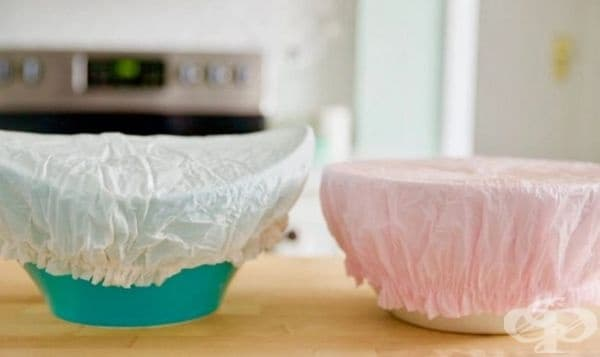 Няма нужда да използвате фолио за покриване на контейнери с продукти. Използвайте шапка за баня: те са удобни, лесни за прилагане и могат да се използват повторно.