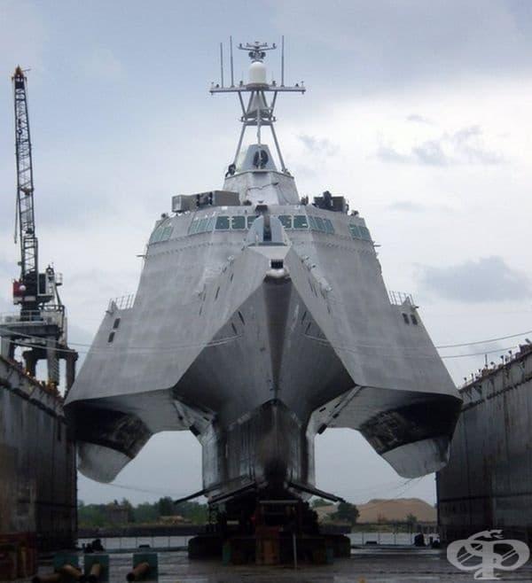 Модерен боен кораб без вода около него.