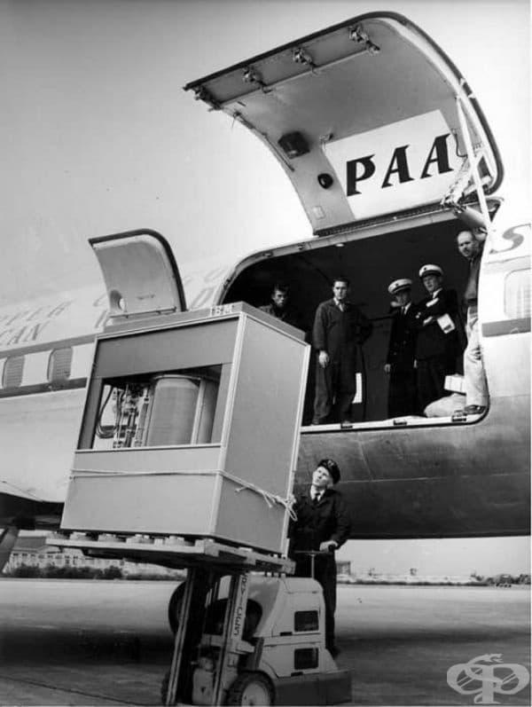 Зареждане на първия по рода си 5-мегабайтов твърд диск върху самолет   PanAm, 1965г.