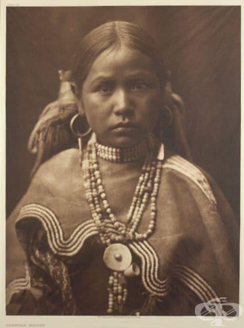 Апачи от Западните племена, носеща традиционни накити