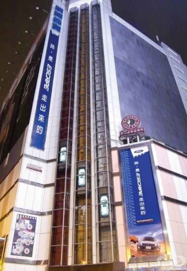 Реклама на Ford Escape 4 х 4. Поставена е през януари 2004 г. в Китай.