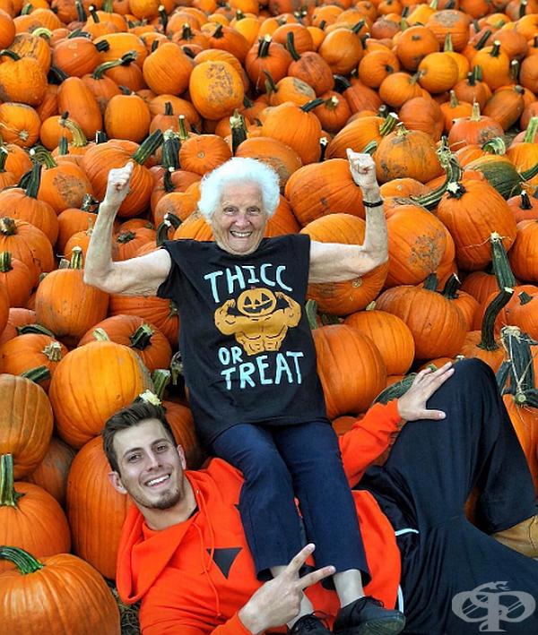 Забавна фотосесия на баба и внук в безумни костюми предизвика множество усмивки