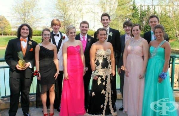 Момчето вляво е с най-сладката дама на бала.