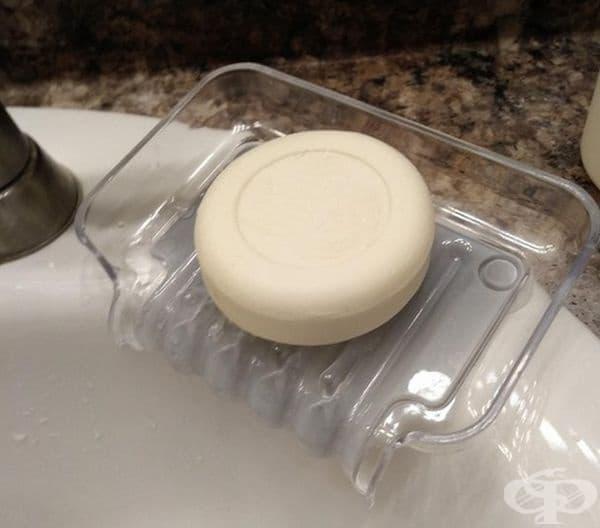 Сапунерка с отворена част към мивката, където да се изтича излишната вода.
