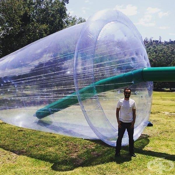 Огромните надуваеми инсталации представляват вид чаши, създадени от Jana Cruder и Matthew LaPenta, призоваващи хората да преразгледат отношението си към пластмасата за еднократна употреба.