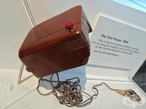 Първата компютърна мишка, изобретена от Дъглас Енгелбарт. 1964 г.