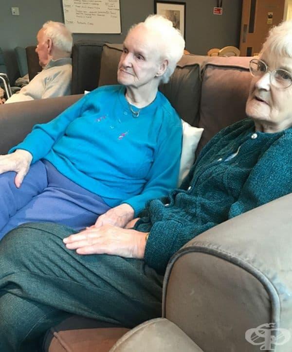 """""""Заведох майка ми в дом за възрастни хора с деменция. Там тя срещна съименничка. През цялото време си държаха ръцете, докато гледаха телевизия."""""""