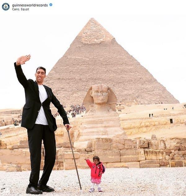 Най-високият жив мъж и най-ниската жива жена на света. Турският фермер Кьосен е висок цели 251 см, а Джоти Амджи е едва 62, 8 см. висока.