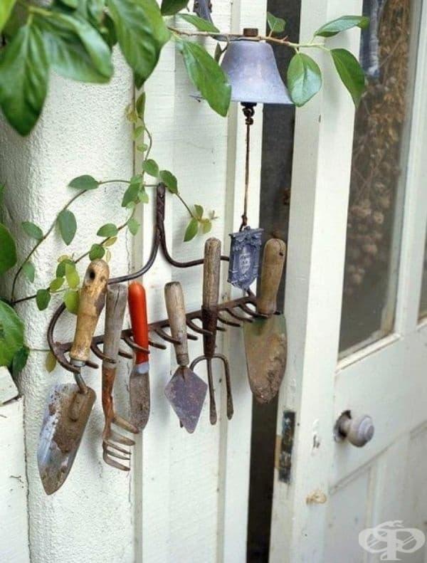 Държач за градински инструменти под формата на стар търмък, за да имате лесен достъп до всички принадлежности.