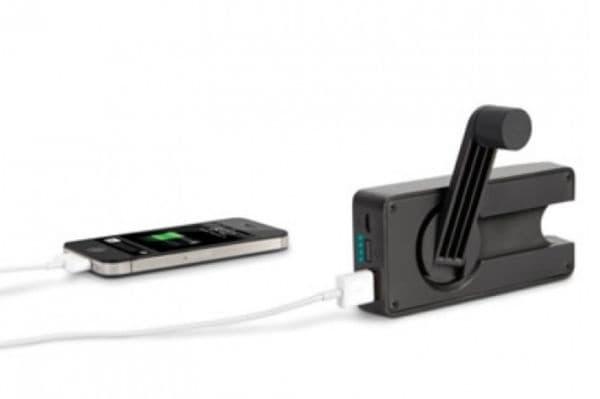Много полезно приспособление в наши дни, когато батерията е изтощена, а се нуждаете от спешен разговор. Една минута завъртане на копчето дава на телефона ви около 4 минути живот, за да се обадите или да изпратите съобщение.