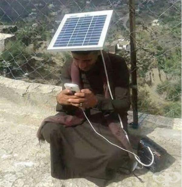 Слънцезащитна шапка и зарядно за батерии, две в едно.