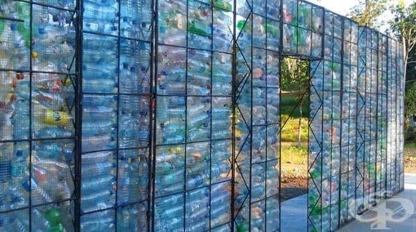 Замъкът е изграден на четири нива в продължение на 2 години. За него са използвани 40 000 пластмасови бутилки.