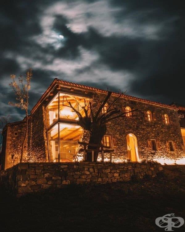 През нощта къщата изглежда особено очарователно.