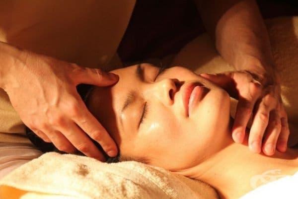 Масаж. Това е най-доброто за кожата-подобрява кръвообращението, намалява подпухналостта под очите, почиства токсините и придава по-младежки вид на кожата.