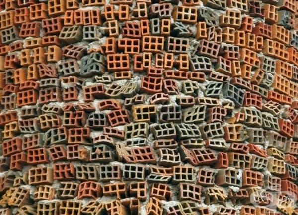 Тухлена стена на катедрала в Мадрид, Испания. Сградата е изградена от преработени суровини и строителни отпадъци чрез усилията само на един човек - Хусто Гайего Мартинес.