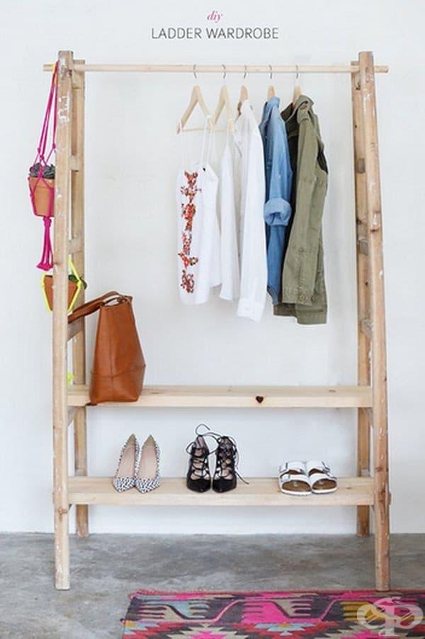 От две стълби може да си направите ретро гардероб за дрехи и обувки.