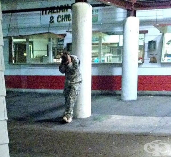 Войник, който се крие по време на фойерверки.