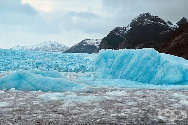 В света на бурните ледове и студове.
