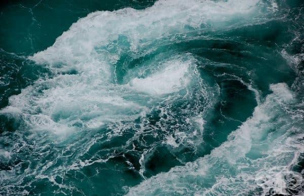 Водовъртеж. Водовъртежите са мощни вихри, които се срещат в моретата и океаните. Те обикновено са причинени от силни приливи и могат да достигнат скорости до 40 км/ч. (25 мили/ч.).