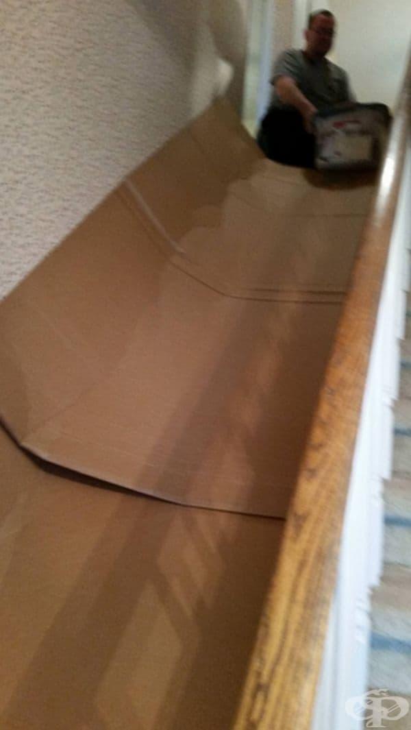 За да не носите тежкия багаж по стълбите, по-добре си направете пързалка от кашони.