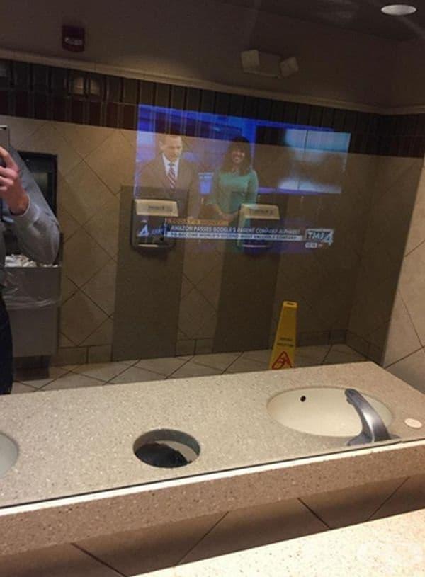 В една от тоалетните на McDonald's в огледалото има вграден телевизор.