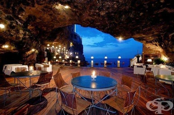 Разположен е в пещера към град Полиняно А Маре и предлага нестандартно преживяване.