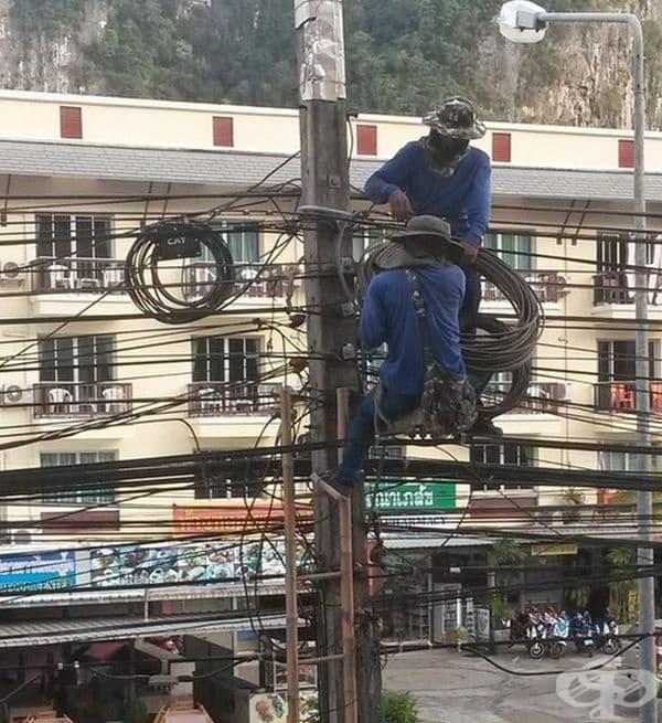 Електротехниците работят усърдно.