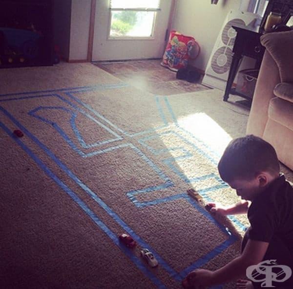 С маскираща лента за килими и малко талант ще може да направите улици и магистрала за игра с колички на пода.