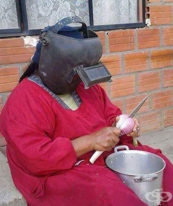 Жената е предприела мерки при рязане на лук.